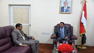 """وزير النقل يلتقي محافظ سقطرى ويحذر من أية """"استحداثات جديدة"""""""