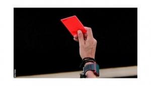 بطاقة حمراء للاعبي كرة القدم الذين يسعلون بشكل متعمّد