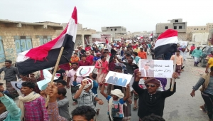المئات من أبناء سقطرى يحتشدون دعماً للحكومة الشرعية في حديبو .. (صور)