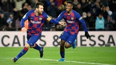 """برشلونة يهزم غرناطة ويستعيد صدارة """"الليغا"""" من ريال مدريد"""
