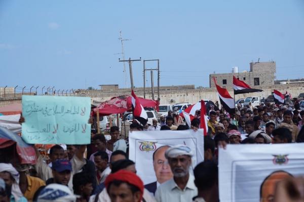 تظاهرة في سقطرى ضد الإمارات ومحاولات التمرد ودعما للحكومة الشرعية