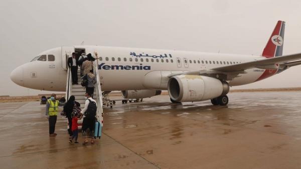 سقطرى .. وصول عدد من العالقين إلى مطار حديبو في أول رحلة لنقل المدنيين من الغيضة