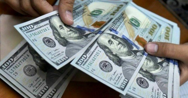 انهيار قياسي للريال أمام الدولار الامريكي.. أسعار الصرف في (صنعاء، عدن، حضرموت)
