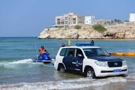 شرطة عمان تنقذ صيادين يمنيين بعد إن جرفت المياه قاربهم