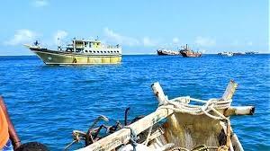 سقطرى: سفينة إماراتية تشحن وتفرغ حاويات مجهولة في جنح الليل
