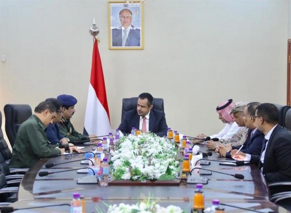 """رئيس الحكومة يستنكر اقتحام مليشيا الانتقالي للوزارات في عدن ويعتبرها """"محاولة بائسة لإفشال اتفاق الرياض"""""""