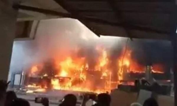 عدن.. حريق كبير في مستودعات برنامج الغذاء العالمي