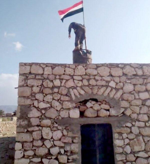 سقطرى.. المواطنون يرفعون العلم اليمني على أسطح منازلهم رفضًا لمشروع مليشيا الانتقالي