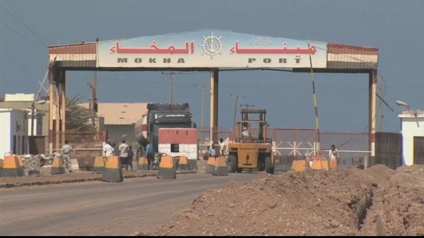"""تعز.. مسؤول محلي سابق يكشف عن وصول """"شحنة ممنوعات"""" إلى ميناء المخا"""