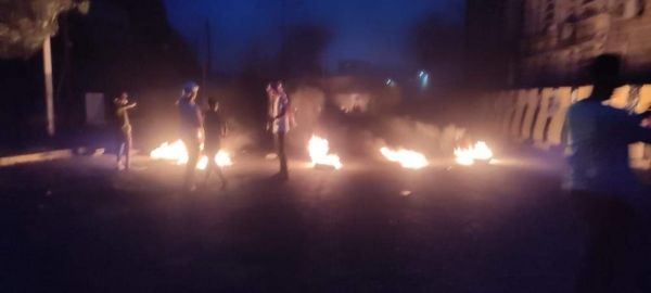 عدن.. قتيل وجرحى إثر محاولة مليشيا الانتقالي تفريق محتجين بكريتر